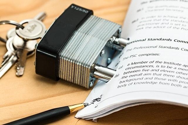 Consulenza legale per limitare i rischi di inadempimento contrattuale, immagine di un lucchetto per blindare un contratto