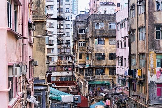 Condominio in una zona densamente popolata immagine rappresentativa dell'importanza dell'assistenza legale nel dirimere liti condominiali e sostenere le cause del condominio verso terzi come nel caso di debiti di condominio